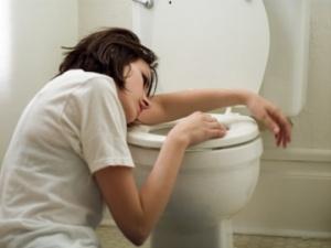 woman-vomit-in-toilet